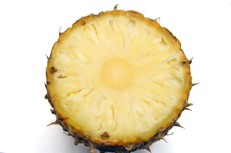 Schijfje ananas - close-up te pulp geïsoleerd op wit