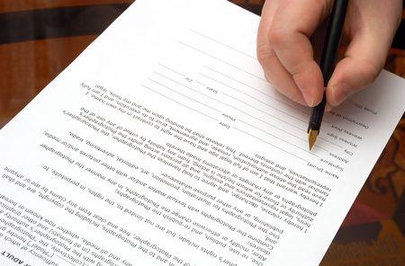 contrato de trabajo: Humanos mano con pluma hace la firma  Foto de archivo