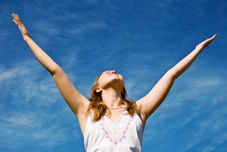青い空の上の少女。ハッピー夏のコンセプトです。