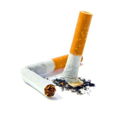 Cigarette butt geïsoleerd dan wit - stoppen met roken concept