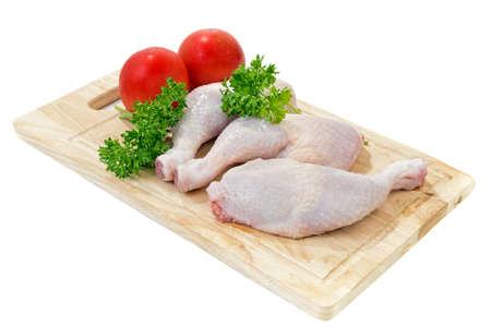 도마에 야채와 향신료 원시 닭 다리