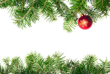 Pine branches en xmas bal geïsoleerd op witte achtergrond