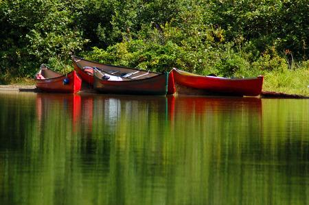 trio: Colorido canoas todo el Portage  Foto de archivo