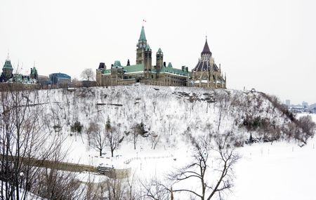 Parlament: High shore of river under snow and the Parlament in Ottawa