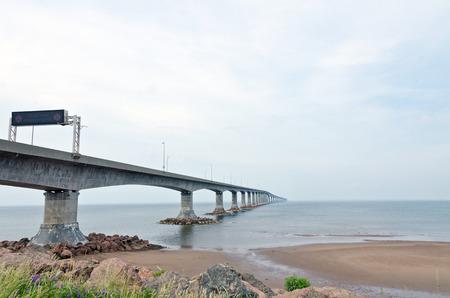 confederation: La Confederation Bridge che collega New Brunswick e Prince Edward Island Archivio Fotografico