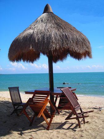 A capanna in spiaggia Desaru, Malesia al mattino con copyspace Archivio Fotografico