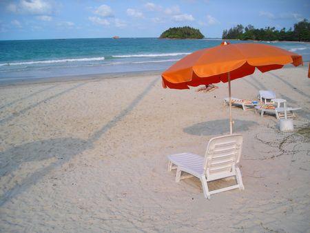 Sedie a sdraio in spiaggia con un sacco di copyspace