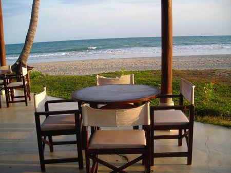 Un set di tabella accanto alla spiaggia di Bintan Indonesia