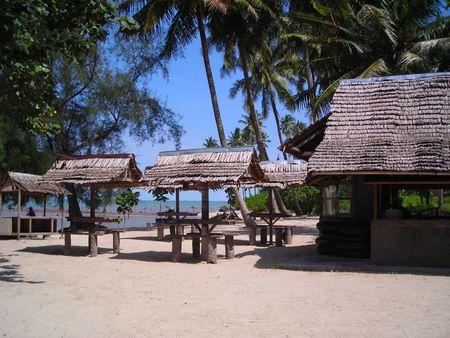 Rustica capanna sulla spiaggia di Bintan, Indonesia con copyspace