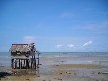 Unico rifugio abbandonato dalla spiaggia di Bintan, Indonesia