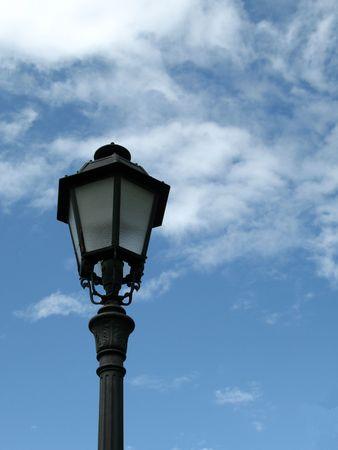 Sola lampada posta contro il cielo blu con copyspace