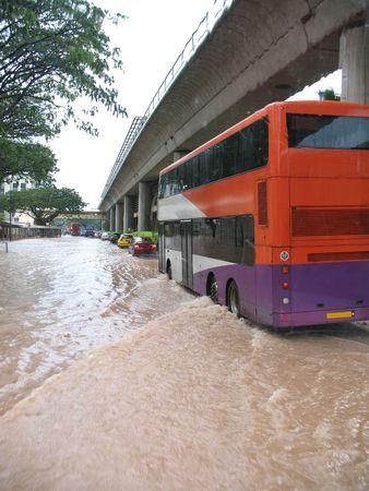 Una rara vista - strada allagata a Singapore