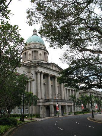 Costruito nel 1939, la Corte suprema di colonne corinzie, design classico, e gli interni spaziosi con affreschi di artista italiano, Cavalieri Rodolfo Nolli, lo rendono uno degli edifici pi� belli mai costruito durante il British Regola di Singapore.