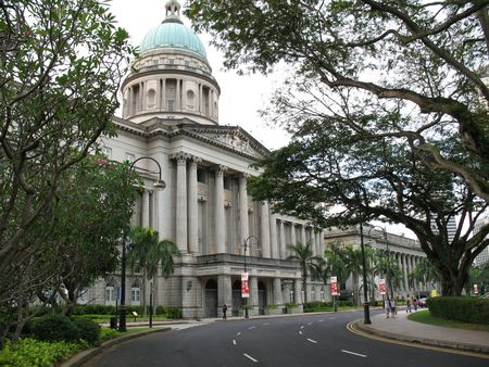 Costruito nel 1939, la Corte suprema colonne corinzie, design classico, con interni spaziosi e murales da artista italiano, Cavalieri Rodolfo Nolli, lo rendono uno dei migliori edifici mai costruito durante la dominazione britannica di Singapore.