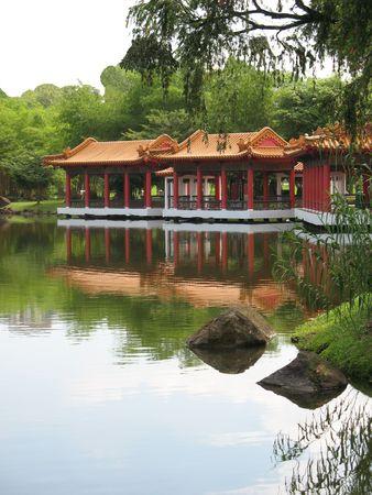 Trovato Padiglione cinese a Singapore cinese Giardino set contro un lago  Archivio Fotografico