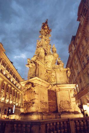 plaga: Columna de Plaguel en Viena, Austria. Era estructura en 1679 en el honor del deliverance de la plaga.
