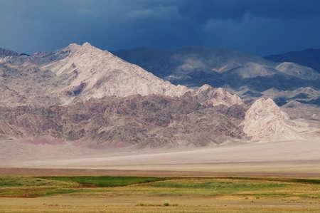 cielo tormenta: Desierto de monta�a y el cielo tormenta en la Mongolia Foto de archivo