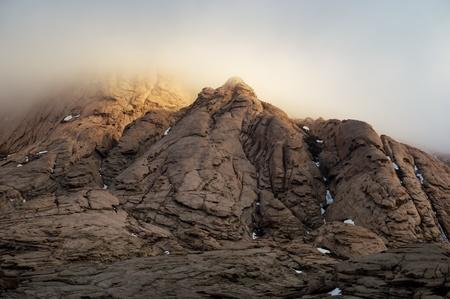 cielo tormenta: Tormenta cielo y la luz del sol en las monta�as del desierto Bektau-Ata, en Kazajst�n Foto de archivo
