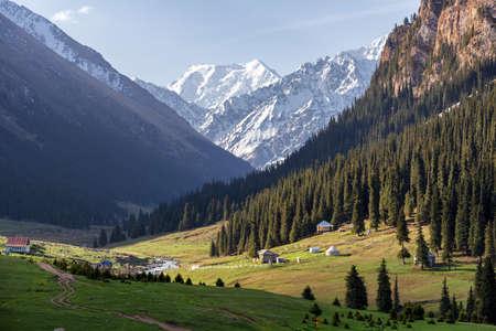 kyrgyzstan: Altyn valle de montaña Arashan en la montaña de Tian Shan, Kirguistán