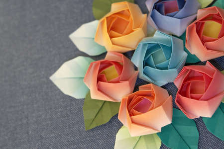 grigiastro: 7 origami Rose decorazione su sfondo blu grigiastro