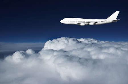 boeing 747: Grande aereo di linea illuminato dagli ultimi raggi di luce del sole. Il cielo scuro � il risultato di alta quota e l'ora del giorno.