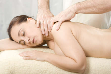 osteopata: Dama agradable relajante masaje con un tratamiento y la osteopat�a