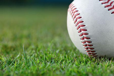 pelota de beisbol: B�isbol en el campo  Foto de archivo