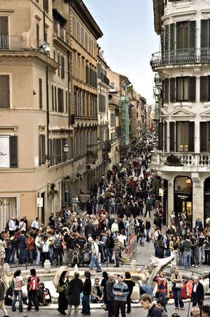 spagna: ROME, ITALY - MARCH 29TH; Crowd on the elegant place of Spain,  Piazza di Spagna, in Rome, Italy, 29TH March 2006