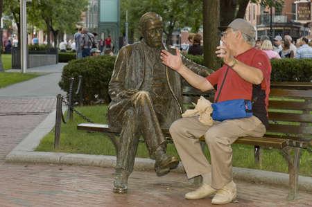 humoristic: Boston, Mass, USA - 3 de septiembre de 2005;  Conversaci�n amistosa entre personas mayores sentarse en un banco en el Parque de Boston, Massachusetts - foto humor�stico Editorial