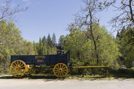 carreta madera: California, EE.UU. - 06 de mayo 2006: viejo vagón utilizado por los mineros en el país de América del oeste de California Editorial