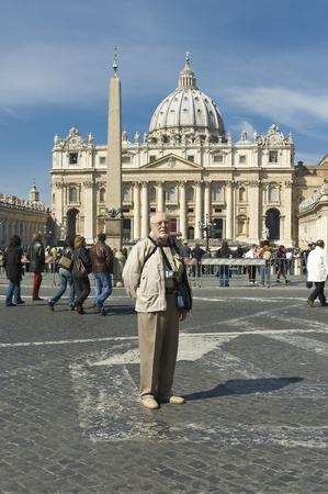 molesto: Roma, Italia - 26 de marzo 2006: Un turista perfecta anciano con una sonrisa expresiva molesto ante el Vaticano, Roma, la Basílica de San Pedro-