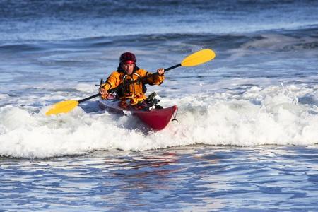 ocean kayak: Kayak hombre sobre la gran ola en el mar agitado de la costa de Nueva Escocia, Canad�