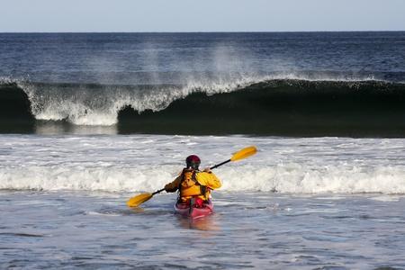 mare agitato: Incontro Kayak la cresta di una grande onda in mare agitato di Nova costa Scotia, Canada