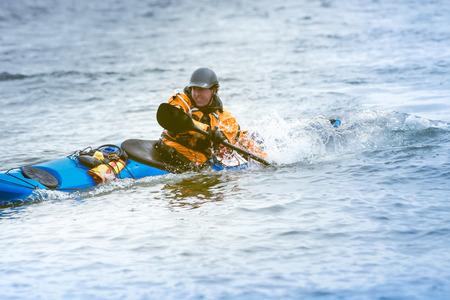 mare agitato: Kayak surfer il mare agitato dal giorno nuvoloso sulle coste Nuova Scozia, Canada