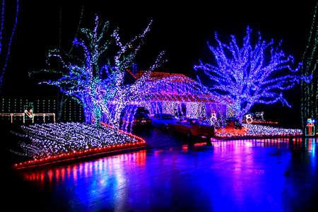 夜の時間のクリスマスの家が点灯します。