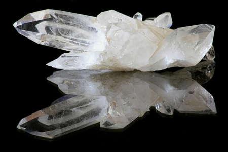 白、純粋な自然の石英結晶。