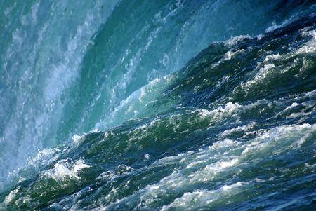 強力なナイアガラの滝の端。 写真素材