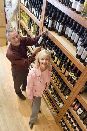 lass: Couple shopping for wine