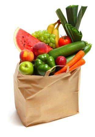 abarrotes: Una bolsa llena de frutas y vegetales saludables