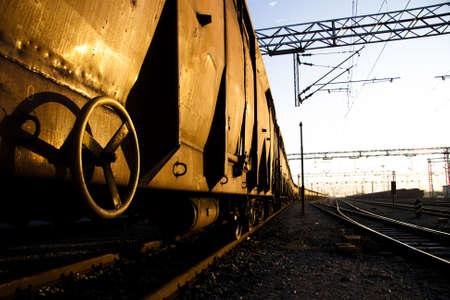 Rusty Freight treni su Alba con riflessi dorati