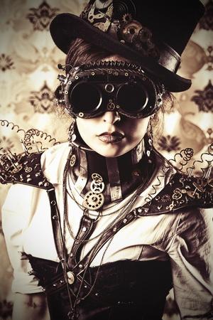 maquina vapor: Retrato de una mujer hermosa steampunk sobre fondo vintage.
