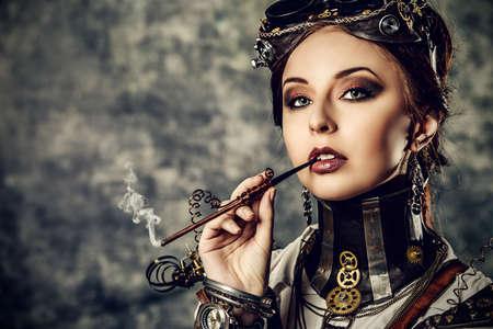 fantasy makeup: Retrato de una mujer hermosa steampunk sobre fondo grunge.