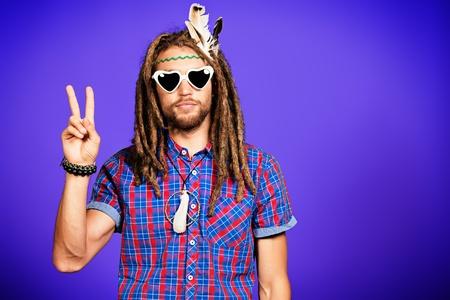 reggae: Portrait d'un hippie jeune homme � lunettes.
