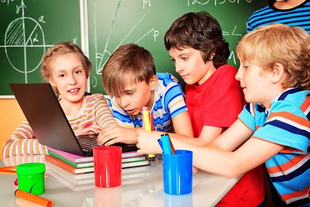 niños en la escuela: Los escolares estudian en la escuela. Educación.