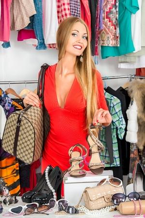 tienda zapatos: Chica de compras en una tienda de moda. Foto de archivo