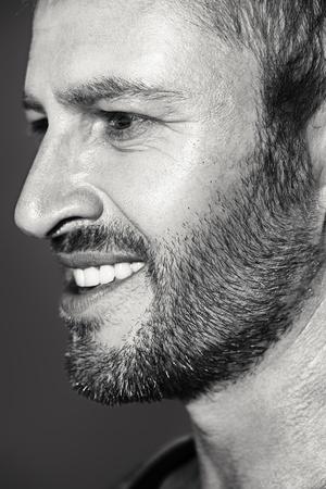 visage profil: Close-up profil d'un homme d'âge mûr beau.