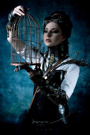 gabbie: Ritratto di una bella donna steampunk con una gabbia su sfondo grunge.