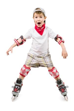 niño en patines: Retrato de un niño feliz lindo en patines. Aislado en blanco. Foto de archivo
