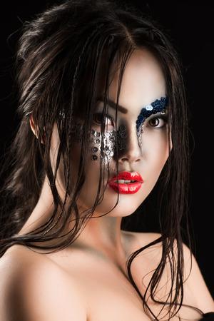 maquillaje de fantasia: Retrato de un modelo asi�tico con maquillaje de fantas�a. Fondo negro.