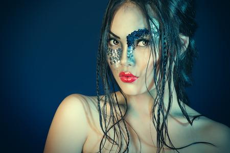 maquillaje de fantasia: Retrato de un modelo asi�tico con maquillaje de fantas�a. Aislado en negro.